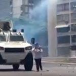 Venezuelë – Shikoni videon kur gruaja i del para tankut