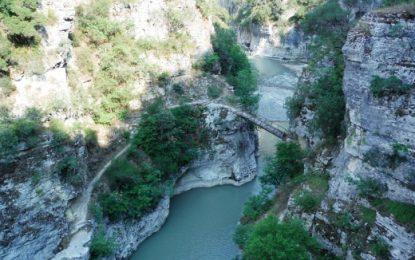 Mallkimi i shqiptarëve për çekët, turistja rrëzohet në kanionet e Skraparit