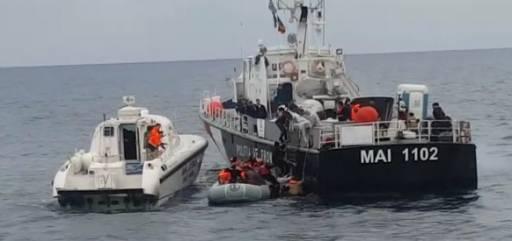 """Anija """"Oriku"""" në Egje shpëton një  gomone me 51 emigrantë në bord"""