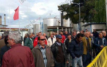 Fier, punonjësit e rafinerisë së naftës në protestë, 2 muaj pa rroga