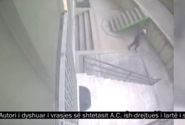 VIDEO/ Vrasja e komisarit Artan Cuku, publikohen pamje të reja. Si hyn killeri në pallat