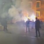 LAJM I FUNDIT/ Ndizet situata në çadër, protestuesit e PD gjuajnë me flakadanë Kryeministrinë (Video)