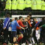 Trajneri shtrihet në fushë i gjakosur, ndërpritet ndeshja mes Panathinaikos dhe PAOK (Video)