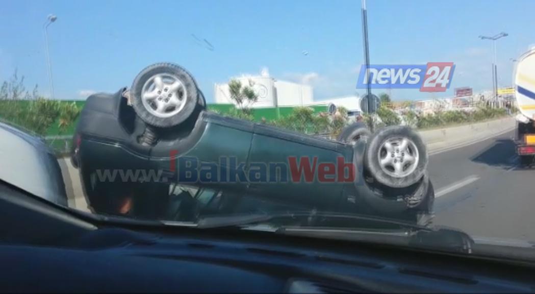 Aksident i frikshëm, makina përmbyset në autostradën Tiranë-Durrës (Video)