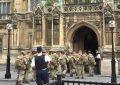Blindohet nga ushtarët ndërtesa e Parlamentit në Britani (Foto)