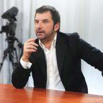 Analisti Andi Bushati bën thirrje: Në Kavajë, Rama, të rrëzohet me dhunë