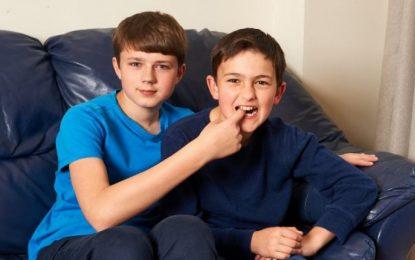"""Shikoni sa janë rritur vëllezërit e videos së famshme, """"Charlie bit my finger"""" (video)"""