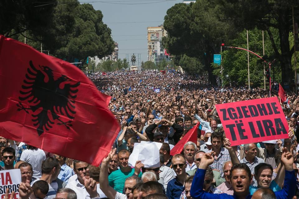 Protesta e opozitës me foto