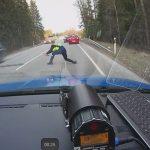 VIDEO/ Estoni, ja si e ndalon policia një makinë me shpejtësi të madhe