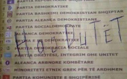 """Shqiptarët """"thyejnë"""" rrjetet sociale, vulosin fletën e votimit (FOTO)"""