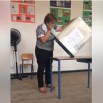 """Komisionerja e PS """"shkund"""" kutinë e votimit (VIDEO)"""