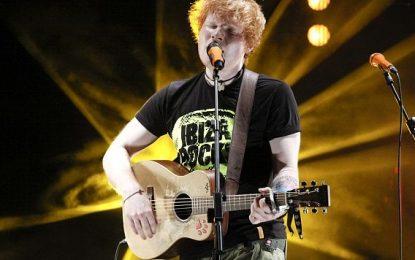 Ed Sheeran, i pari në festivalin më të madh të botës