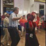 """VIDEO/ """"Ç'të sheh syri, ta bën dora"""", ambasadori i OSBE 'tërbohet' me valle shqiptare pas zgjedhjeve"""