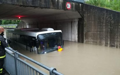 Reshje dhe stuhi shiu në veri të Italisë, breshëri arrin madhësinë 4 cm në disa zona
