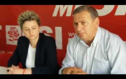 (VIDEO) Pse voton LSI? Rrihet me dru dhe lopatë i riu në Lushnje