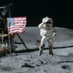 Çanta me pluhur dhe gurë nga Hëna u shit 1.8 milion dollarë