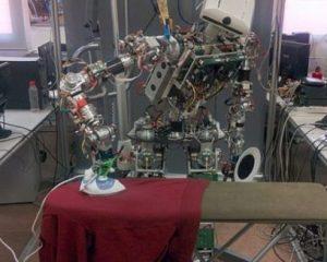 Shpëtuan femrat, më në fund vjen roboti që hekuros rrobat (VIDEO)