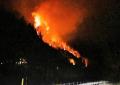 Zjarr i madh në Tepelenë, rrezikohen të digjen banesat dhe spitali
