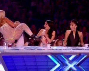VIDEO/ Çmendet konkurentja e X Factor , gjysmë nudo i sulet anëtarit të jurisë, reagimi i tij do t'ju çudisë