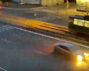 E përplas makina në kryqëzim, gruaja fluturon 20 metra në ajër