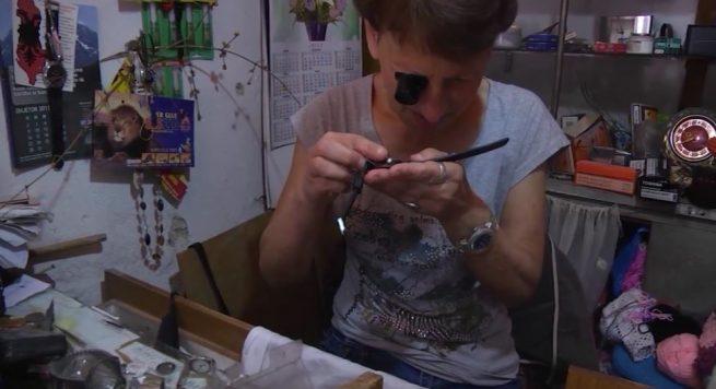 """""""Orëndreqësja e gurtë"""" – Irena Murto, gruaja që prej 40 vitesh rregullon orët e gjirokastritëve"""