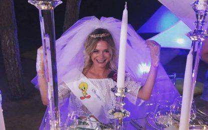 FOTO/ Mesazh në shishe, zbulohet përmbajtja e ftesës së dasmës së Turit dhe Orindës