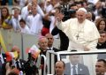 Papa Francesco bekon popullin shqiptar. Ati i Shenjtë uron Presidentin Meta