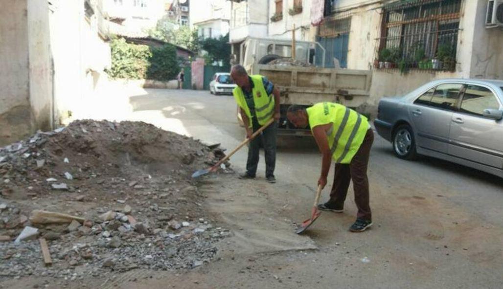 """Qytetarët raportuan te """"Tirana Ime"""", punonjësit e Bashkisë largojnë inertet e hedhura mes pallateve"""