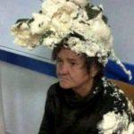 Ngatërron shkumën e flokëve me atë industriale, përfundon në spital