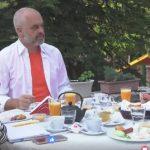 Rama bën urimin e mirëmëngjesit, por merr një ftesë për kafe dhe një këshillë