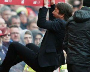 VIDEO/ Ky trajner nuk përmbahet, shihni si feston si i çmendur për golin e fitores