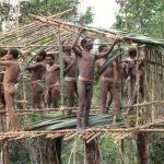 FOTO/ Jeta brenda fisit kanibal në Indonezi, që nuk e njeh botën jashtë tij