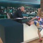 Vogëlushja surprizon moderatorin, i hipën live mbi tavolinë