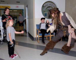 VIDEO/ Kanada, pirati Jack Sparrow viziton spitalin e fëmijëve