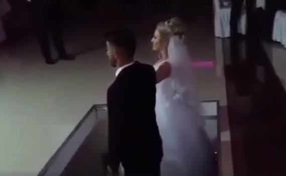 Donin të hynin në dasmë në mënyrë të veçantë, por nusja dhe dhëndri e pësojnë keq (Video)