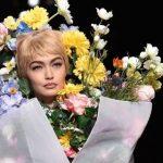 Gigi Hadid vishet si buqetë me lule