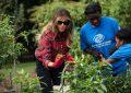 Melania Trump në gjurmët e Michelle, mbjell kopshtin e Shtëpisë së Bardhë (Foto)