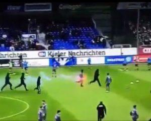Skena lufte në futbollin gjerman, huliganët futen në fushë dhe sulmojnë tifozët kundërshtarë (Video)