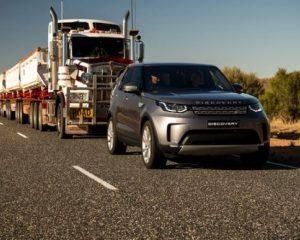 Land Rover Discovery tërheq kamionin me shtatë rimorkio (VIDEO)
