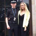 Polici xheloz detyron të dashurën të vishet me gëzof