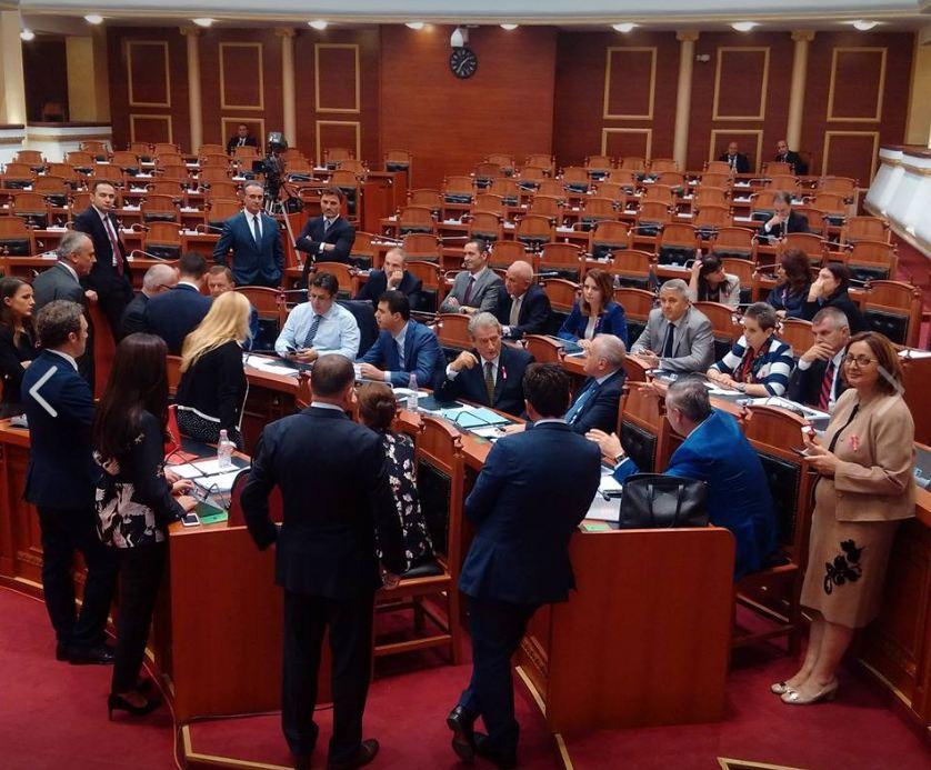 FOTO LAJM/ Çfarë bëjnë deputetët e PD tani në Kuvend