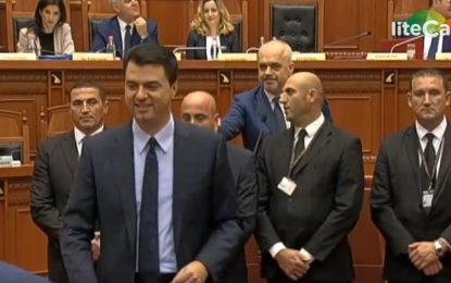 VIDEO/Rama-Basha 'përplasen' në Kuvend. Futet Garda. Kryeministri: Lëre, është çun i mirë