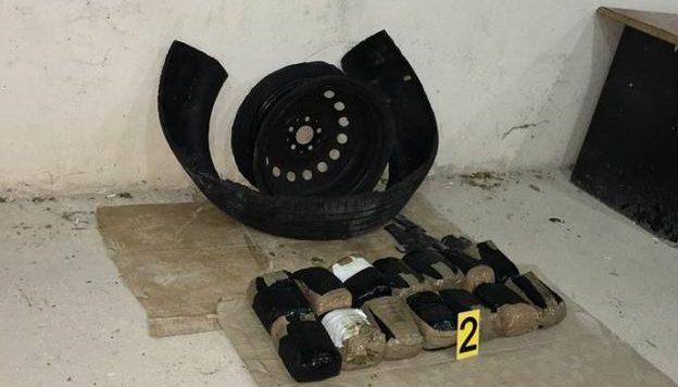 Policia gjen drogë në një gomë makine