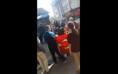 VIDEO/ Erdogan ndalon autokolonën për të puthur dorën e një plake serbe