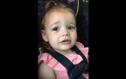 VIDEO/ Kjo vogëlushe do t'ju bëjë të qeshni me lot