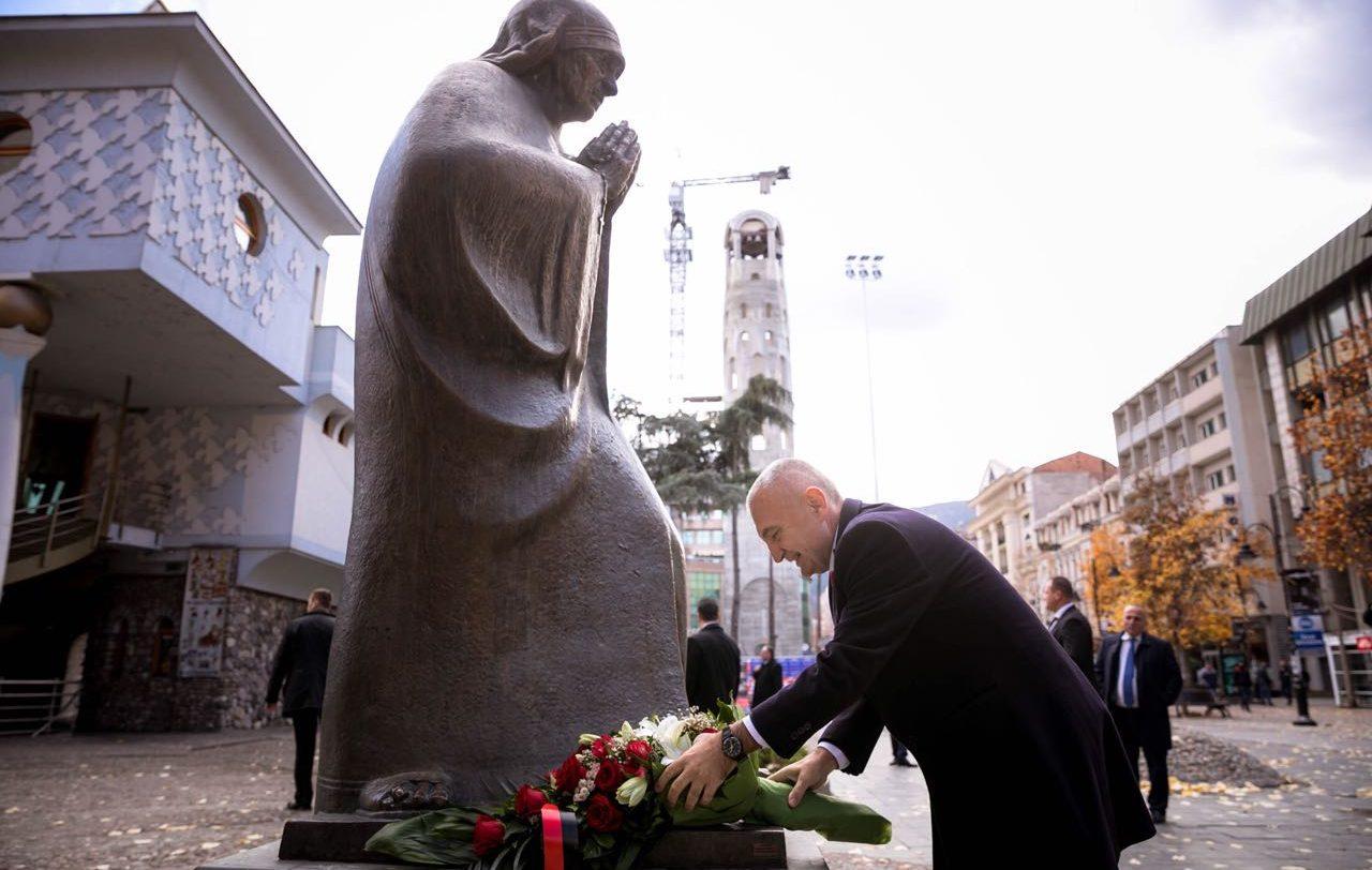 Presidenti Meta viziton Manastirin dhe përkulet para Nënë Terezës në Shkup