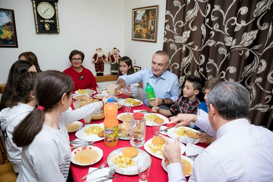 "E dielë/Presidenti Ilir Meta drekë te fshati ""SOS"""