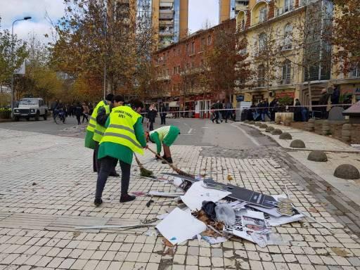 Bashkia pastron në kohë rekord mbetjet e protestës së opozitës