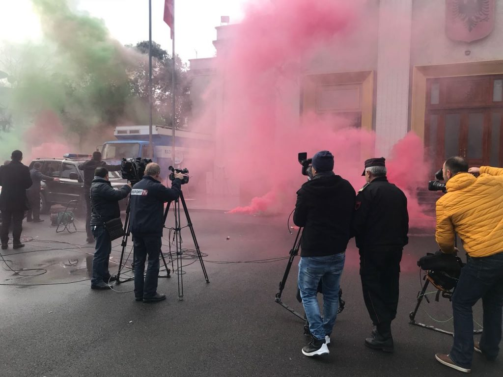 FOTO  Policia përleshet me opozitën në Tiranë  lajmi në mediat e huaja