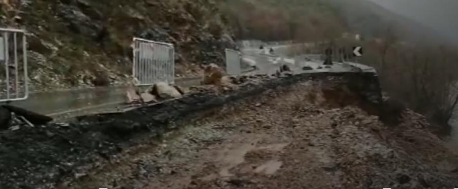 VIDEO Dëmtohet rruga  Milot   Burrel vetëm me një kalim